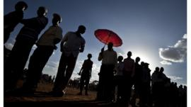 Kenyans queue to vote in heat
