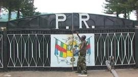 Seleka rebels at the gate of the presidential palace