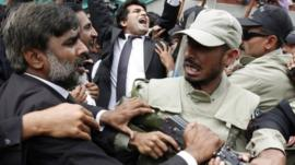 Lawyers shouting anti-Musharraf slogans scuffle with paramilitary soldiers
