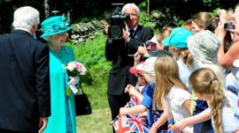 The Queen with schoolchildren in Windermere