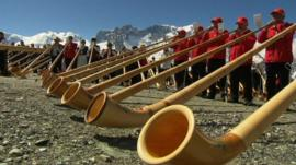 People playing the alphorn