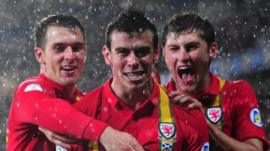Gareth Bale (centre)