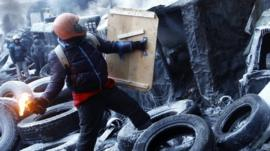 Protester throws petrol bomb in Kiev