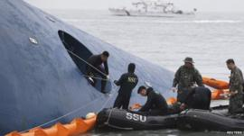 Members of South Korean Ship Salvage Unit (SSU) search for passengers who were on the South Korea ferry Sewol which sank in the sea off Jindo