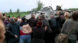 Protesters try to stop troops from entering Sloviansk