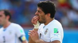 World Cup 2014: Uruguay's Luis Suarez appears to bite Chiellini