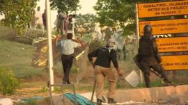 Police and protesters clash in Islamabad