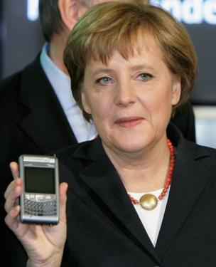 Angela Merkel con su BlackBerry.