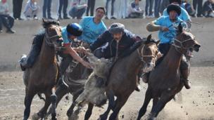 Mounted players Атчан көк бөрү оюнчулары