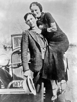 Bonnie y Clyde en una de sus fotos personales de 1933.