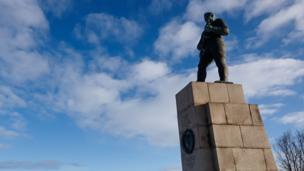 'Monument to Russian soldiers in Kirkenes' from the web at 'http://ichef.bbci.co.uk/news/304/cpsprodpb/1529B/production/_86638668_kirkenes-alamypromo.jpg'