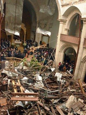 Suriyeli Hristiyanlar, Halep'teki savaşta büyük zarar gören Saint Elias Katolik Kilisesi'ndeki ayine katılıyorlar