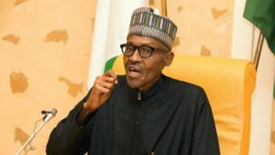 """Le président nigérian Muhammadu Buhari est rentré vendredi matin dans son pays, après près de deux mois de """"repos médical"""" en Grande-Bretagne."""