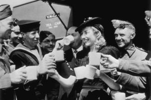 Vera Lynn and troops in 1942