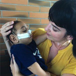 La corresponsal de la BBC en Brasil, Camilla Costa, con Jose Wesley