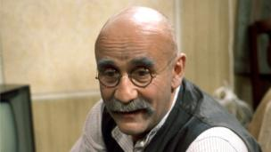 'Warren Mitchell' from the web at 'http://ichef.bbci.co.uk/news/304/cpsprodpb/72AE/production/_86685392_000415222-1.jpg'