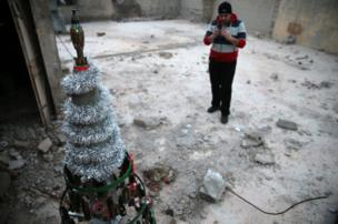 Akram Ebu el Foz yaptığı Noel ağacının fotoğrafını çekiyor
