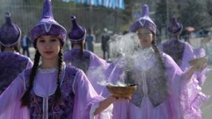 women wearing Kyrgyz traditional costumes Кыргыз кыздар улуттук кийимчен
