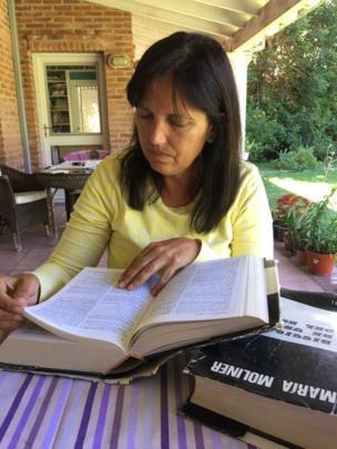 La escritora Claudia Piñeiro sostiene un ejemplar del diccionario de María Moliner.