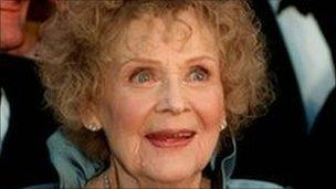 Titanic actress Gloria Stuart dies at 100 - BBC News
