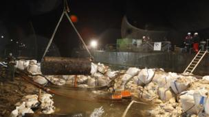 The bomb is lifted out of the river bed - 4 December 2011