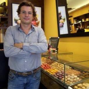 Pierre Cornet-Vernet em sua loja de confeitaria