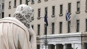 Άγαλμα του Σωκράτη έξω από την Τράπεζα της Ελλάδα στην Αθήνα