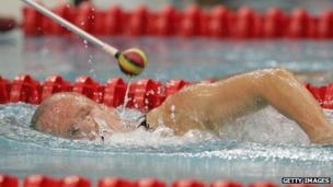 Nadador paralímpico ciego