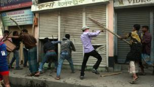 Islamist protesters vandalise shops in Bogra, Bangladesh