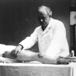 Robert Jones demonstrating Thomas splint