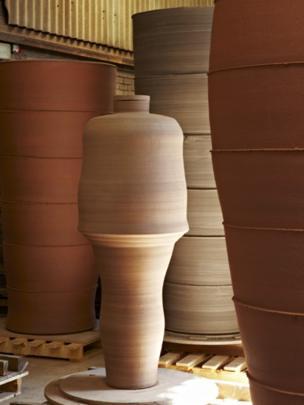 Figural Jar I gan Julian Stair yn y ffatri
