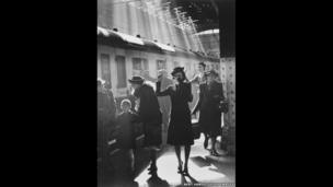 People bid farewell to their loved ones at Paddington station in London during World War II, 23rd May 1942.
