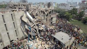 Crowds gather at collapsed building in the Bangladeshi capital, Dhaka (24 April 2013)