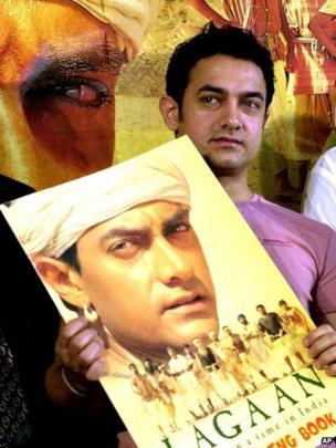 Aamir Khan with Lagaan poster