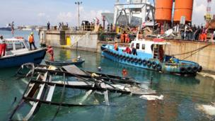 An operation takes place to remove the wreckage of the control tower from the dock at Genoa's port (8 May 2013)