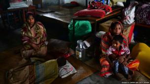 Bangladeshis seek shelter from cyclone Mahasen in Chittagong (16 May 2013)