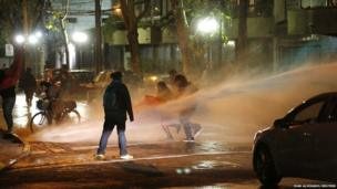 Riot police use water cannon on student protesters in Santiago (15 May 2013)
