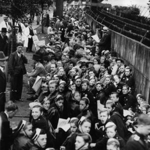 The queues outside the gates of Wimbledon replicated the scenes ahead of Fred Perry's performance in the final 77 years ago.