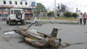 A statue of India's former prime minister Rajiv Gandhi lies on a road after being vandalised by anti-Telangana protestors in Anantapur in Andhra Pradesh, July 31, 2013.