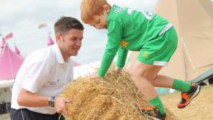 Harry a'i dad yn cael hwyl gyda'r bêls gwair / Harry and his father having fun on the hay bales