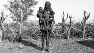 Kamaa Tjiuju (21) and her son Pazeuamundu (1)