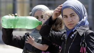 Syrian refugees arrive at the Turkish Cilvegozu border point on 2 September 2013