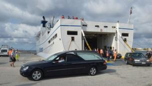 Funeral cars disembark from a ferry in the harbour of Lampedusa (4 October 2013)