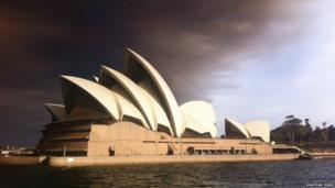 Sydney Opera House below the heavy smoke clouds from the wildfires. Photo: Jonathan Jones