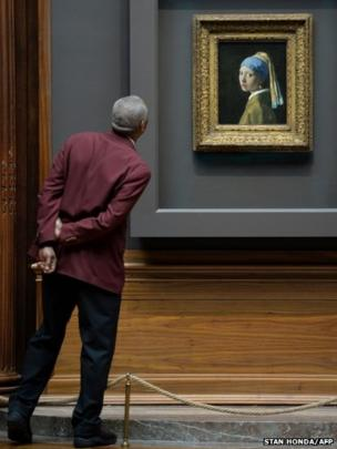 A guard views Girl with a Pearl Earring by Johannes Vermee