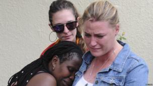 South Africans mourn Mr Mandela's death outside his Johannesburg house