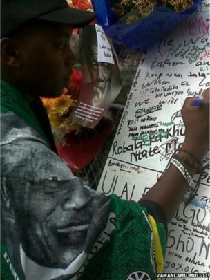 Tributes being written outside Mr Mandela's house. Photo: Zamancamu Mdluli