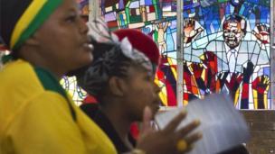 Worshippers at Regina Mundi Catholic Church in Soweto (8 Dec 2013)