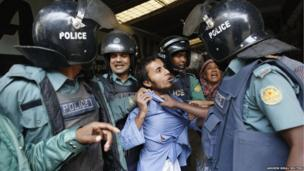 Bangladeshi police detain a man they suspect of being an activist of the banned Islamist organization Hizb-ut-Tahrir, in Dhaka (December 27, 2013)