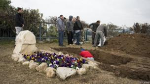 Workers prepare the grave of late former PM Ariel Sharon next to his wife Lili Sharon